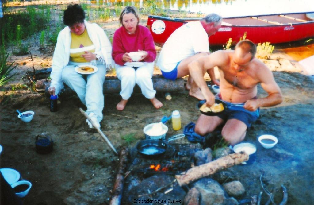 Le guide prépare le repas